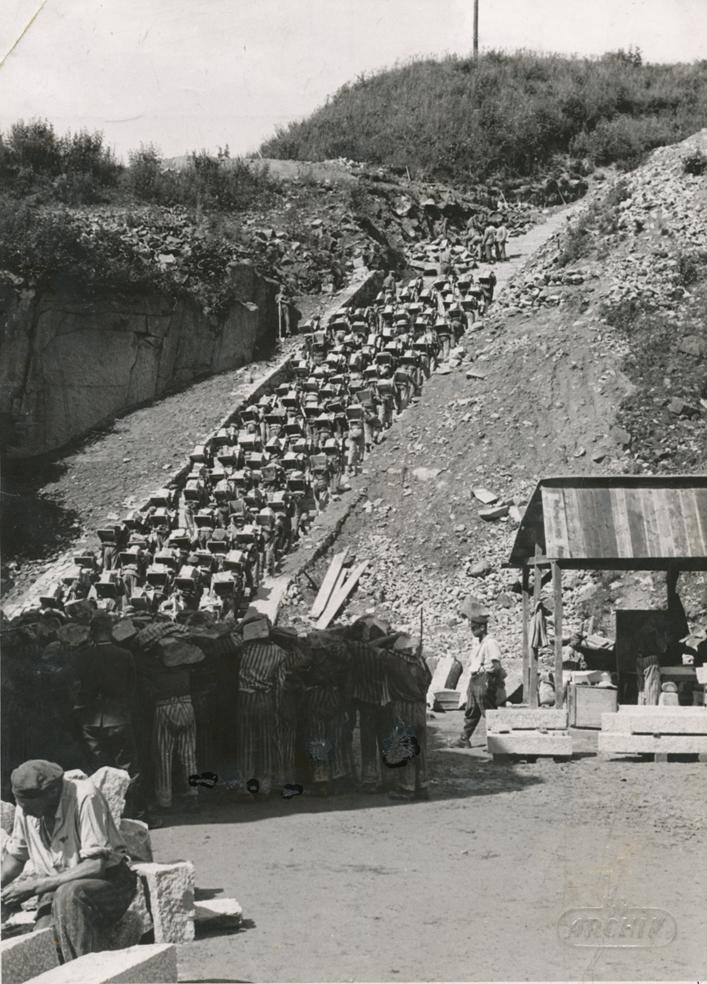 https://upload.wikimedia.org/wikipedia/commons/1/1b/Bundesarchiv_Bild_192-269%2C_KZ_Mauthausen%2C_H%C3%A4ftlinge_im_Steinbruch.jpg